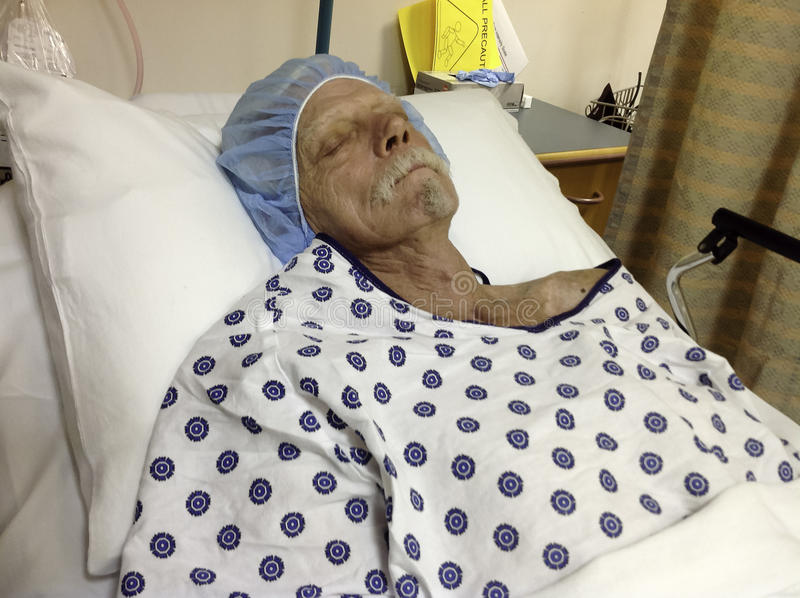 Äldre manlig sjukhuspatient som väntar på kirurgi royaltyfria foton