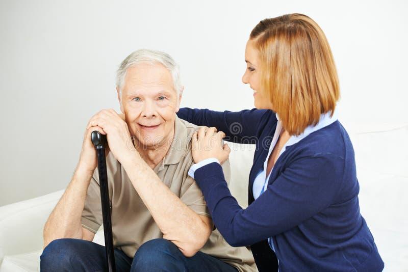 Äldre omsorg av den höga mannen arkivbild