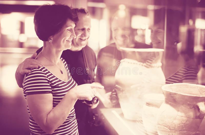 Äldre par av i museet fotografering för bildbyråer