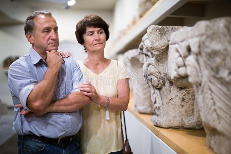 Äldre par av turistsiktsutställningar i ett museum arkivbilder