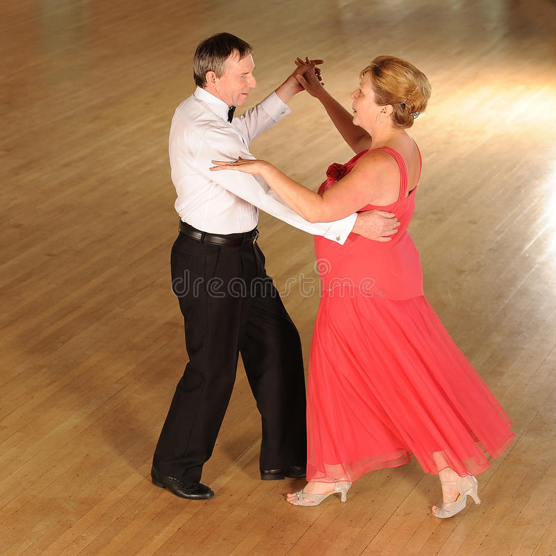 Äldre parsällskapsdans arkivbild