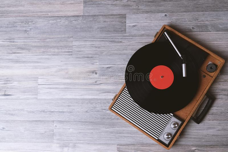?ldre skivtallrik med ett vinylrekord royaltyfri foto