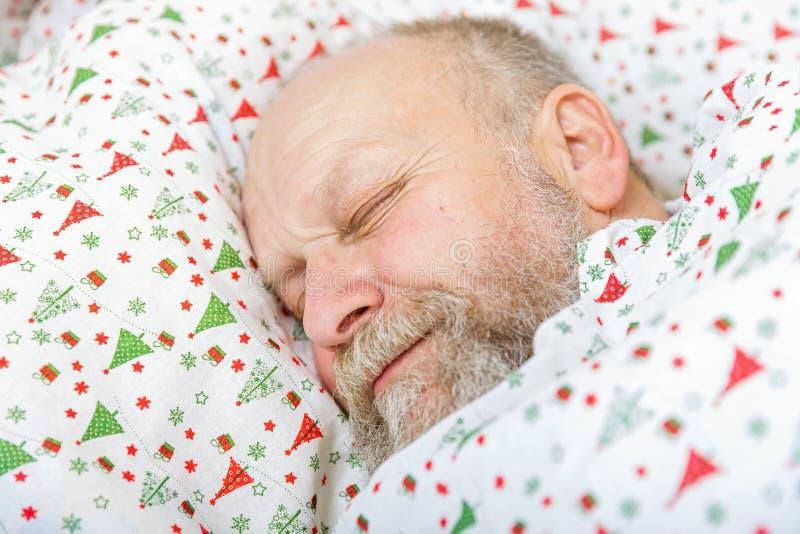 Äldre sova för man royaltyfri foto