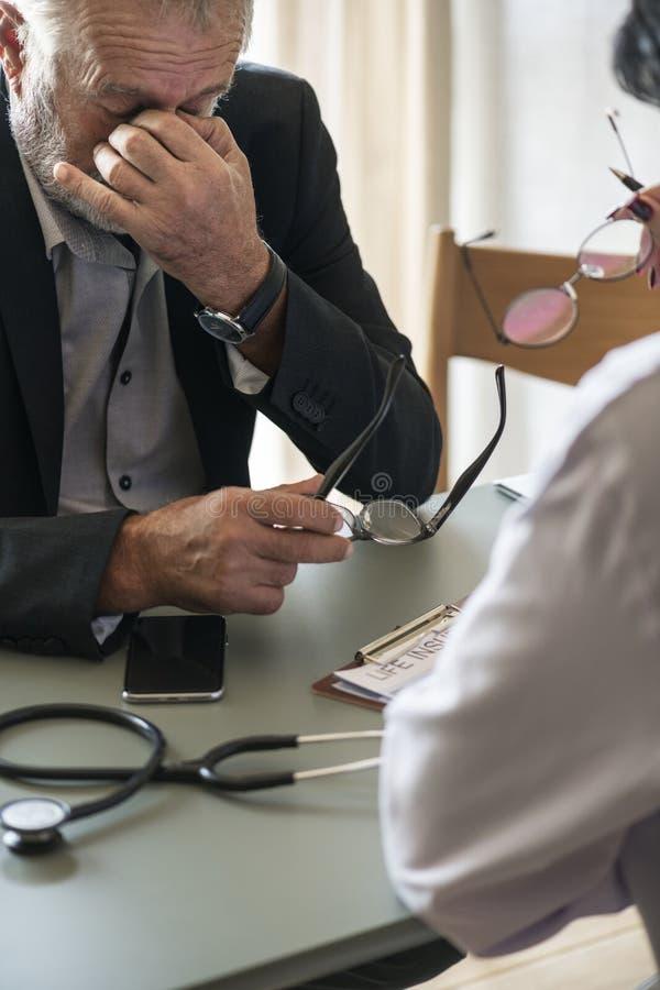 Äldre tålmodig man för stressad sjukdom arkivbild