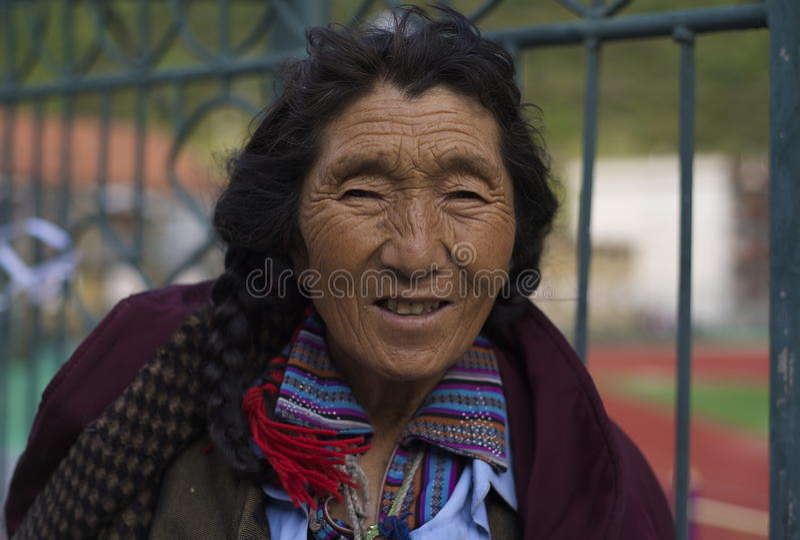 Äldre tibetan kvinna arkivfoto