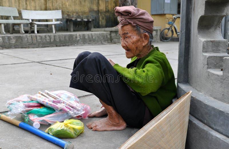 Äldre vietnamesisk tiggare fotografering för bildbyråer