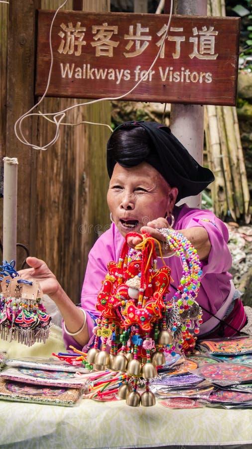 Äldre Yao Woman Selling Souvenirs royaltyfri bild