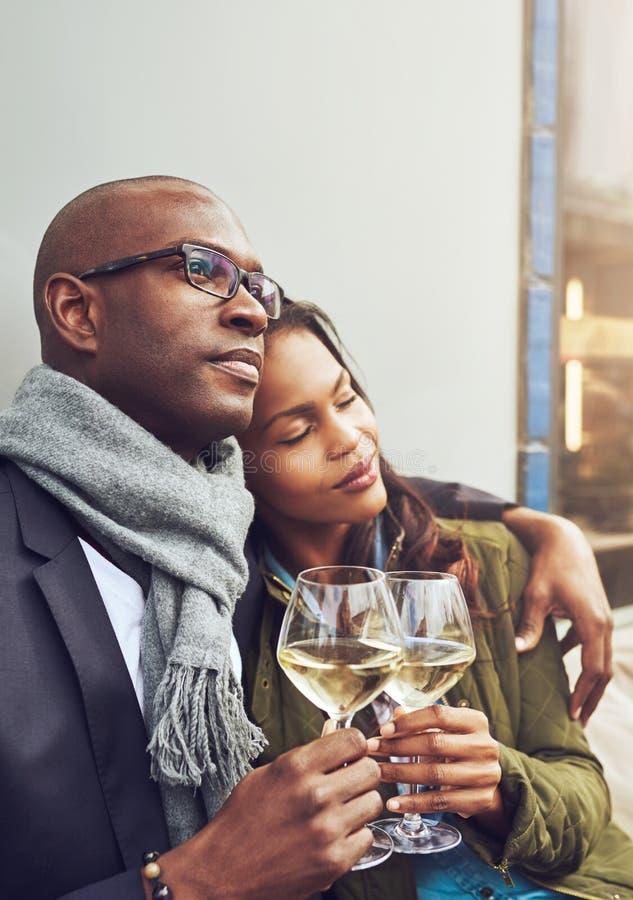 Älska afrikanska par tyck om ett mjukt ögonblick fotografering för bildbyråer