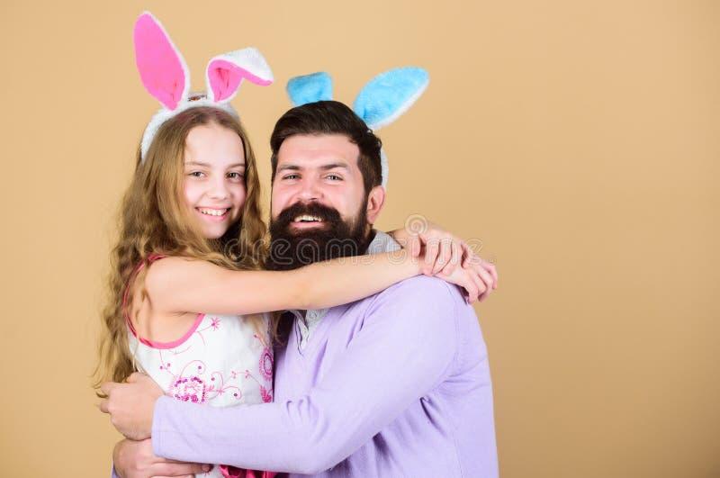 Älska all dig lycklig familj fira easter familj Lycklig fader och barn som kramar på påsk Familj av fadern och royaltyfria foton