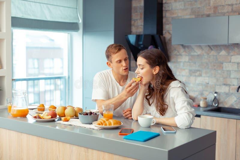 Älska att bry sig maken som ger någon persika för hans kvinna royaltyfri fotografi