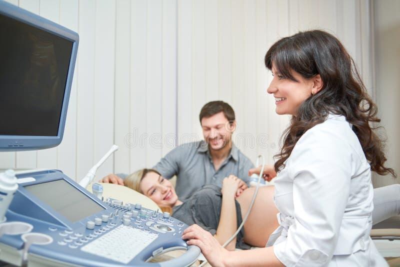 Älska den deltagande i doktorn för par för ljudprocedu för havandeskap ultra royaltyfri fotografi