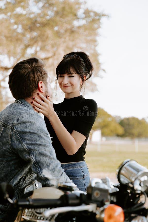 Älska den förtjusande ståenden av attraktiv goda som två ser ungt vuxet modernt trendigt folk Guy Girl Couple Kissing och krama royaltyfri foto