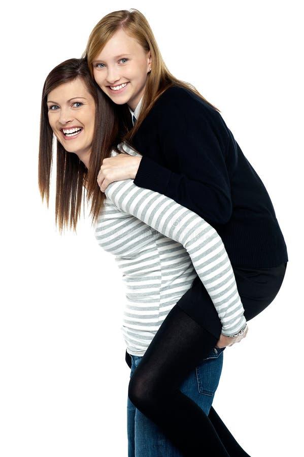 Älska duo för gyckel av modern och dottern arkivfoton