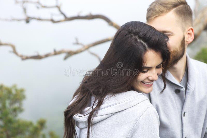 älska för par som är utomhus- royaltyfria foton