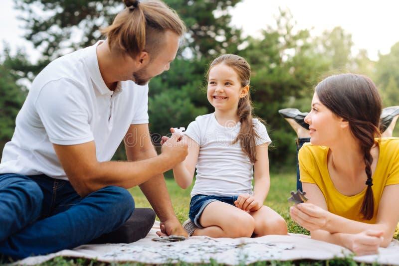 Älska faderportiondottern med ett nödvändigt pusselstycke fotografering för bildbyråer