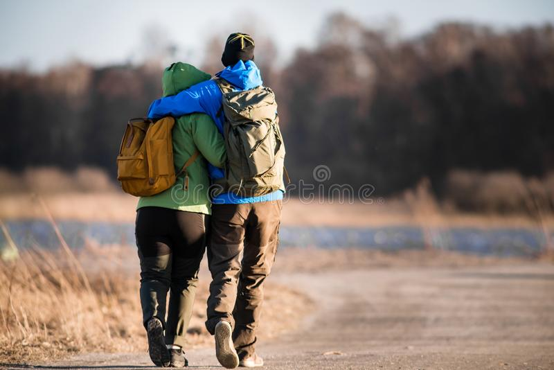 Älska fotvandrarepar på slinga fotografering för bildbyråer