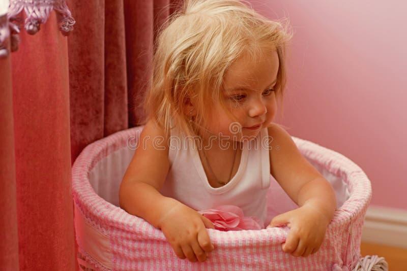 Älska hennes nya stil Liten flicka med den långa frisyren Frisyr för kläder för litet barn naturlig Förtjusande barn med blont fotografering för bildbyråer