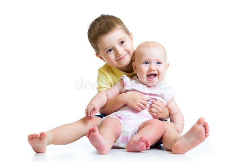 Älska isolerat att krama för broder och för liten syster arkivfoton