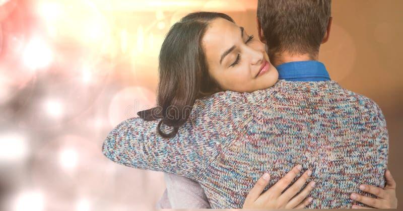 Älska kvinnan som omfamnar mannen arkivbild