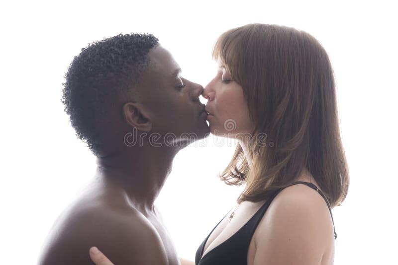 Älska kyssa för par för afrikansk amerikan caucasian arkivbilder