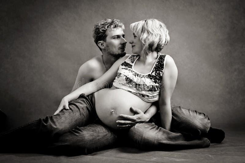 Älska lyckliga par, gravid kvinna med hennes make royaltyfri fotografi