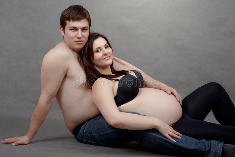 Älska lyckliga par, gravid kvinna med hennes make royaltyfri foto