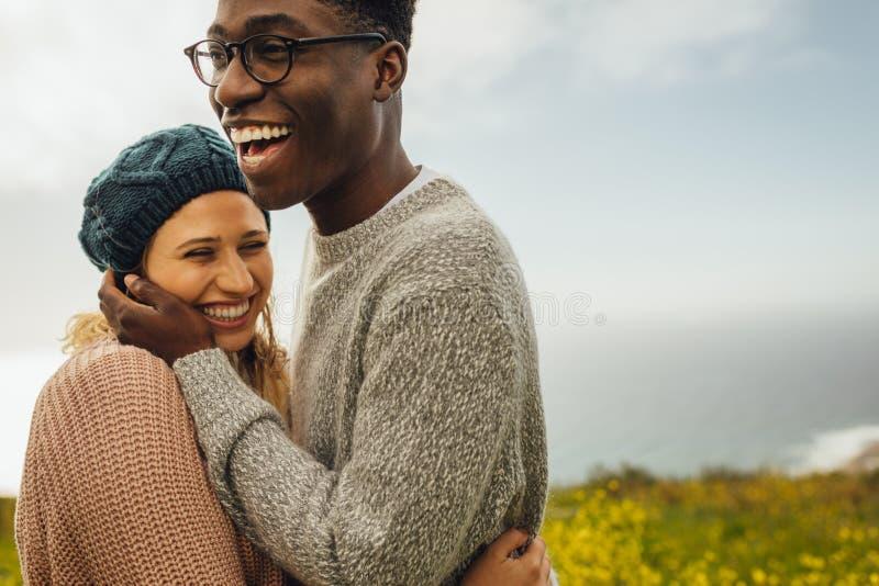 Älska mellan skilda raser par som tillsammans spenderar tid fotografering för bildbyråer