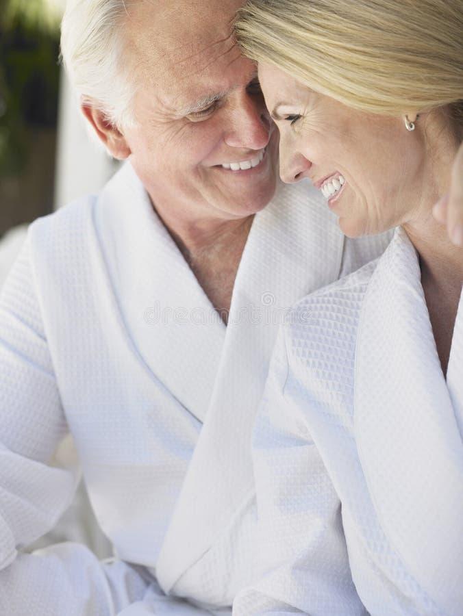 Älska mitt åldrades par i badrockar arkivbild