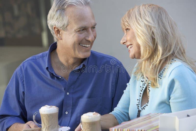 Älska mitt åldrats parsammanträde på kafét royaltyfria foton