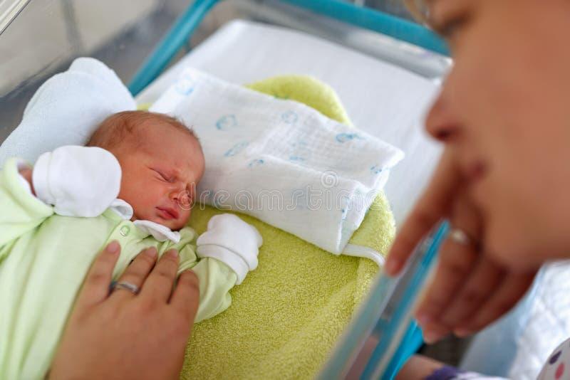 Älska modern och nyfött behandla som ett barn pojkegråt royaltyfri bild