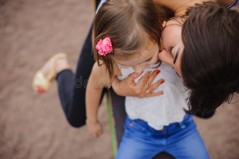 Älska modern som kysser hennes dotter fotografering för bildbyråer