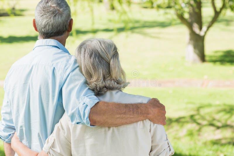 Älska mogna par på sommar parkera royaltyfri bild