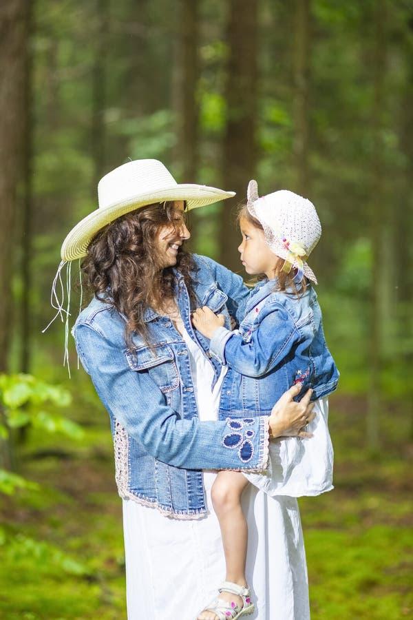 Älska och positiv Caucasian moder med hennes lilla dotter royaltyfria foton