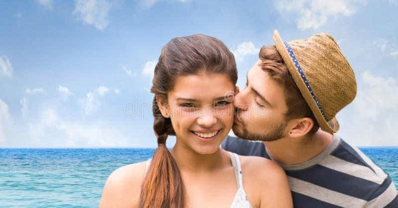 Älska på den kyssande kvinnan för man på stranden royaltyfri foto