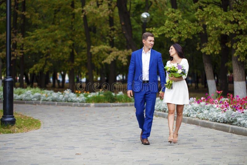 Älska par av genomsnittliga år på bakgrunden av hösten p fotografering för bildbyråer