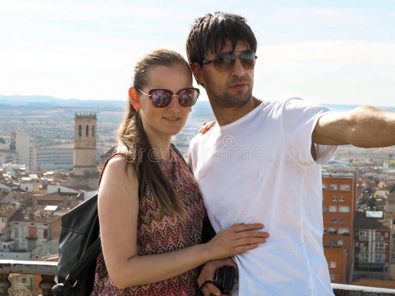 Älska par av turister på en beskåda plattform i Tarrega, Catalonia, Spanien arkivfoton