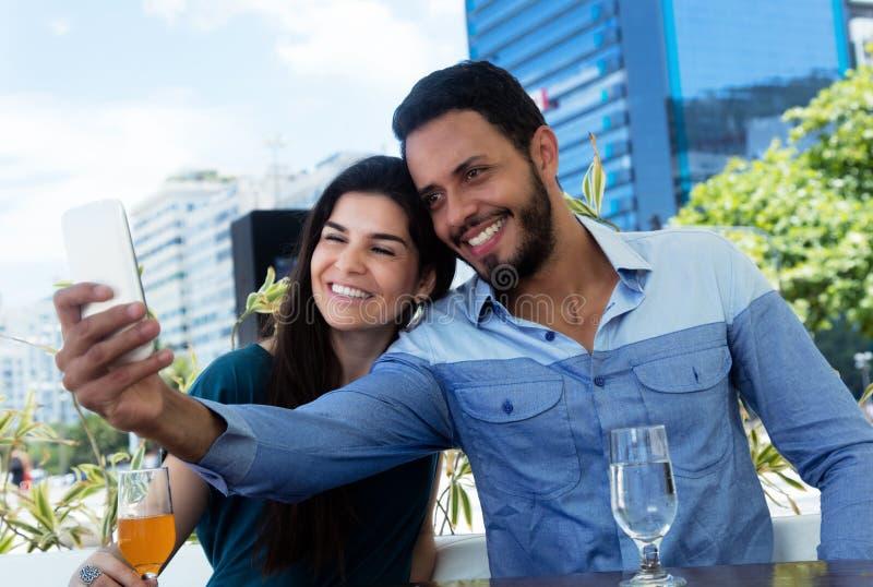 Älska par i semestern som tar selfie med telefonen arkivbild