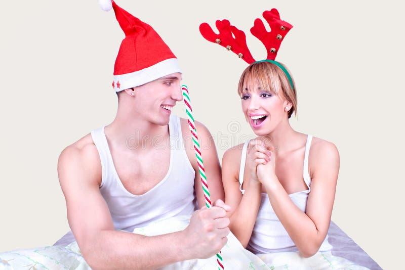 Älska par i underlag på Xmas royaltyfri foto