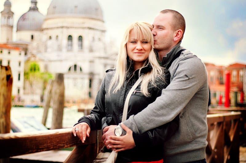 Älska par i Venedig arkivbilder