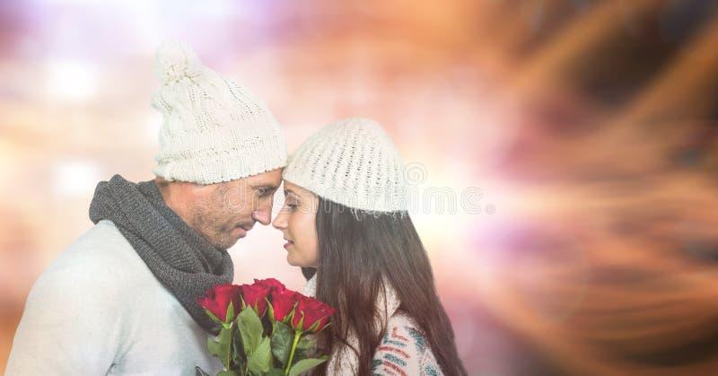 Älska par med rosor under vinter över bokeh royaltyfri foto