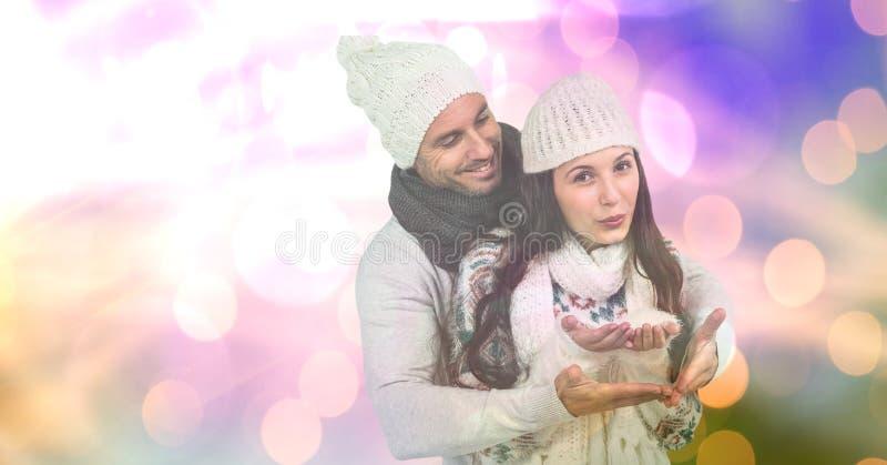Älska par med snö över bokeh arkivfoto