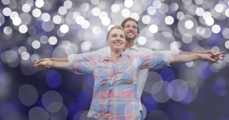 Älska par med utsträckt anseende för armar mot suddighetsbakgrund fotografering för bildbyråer