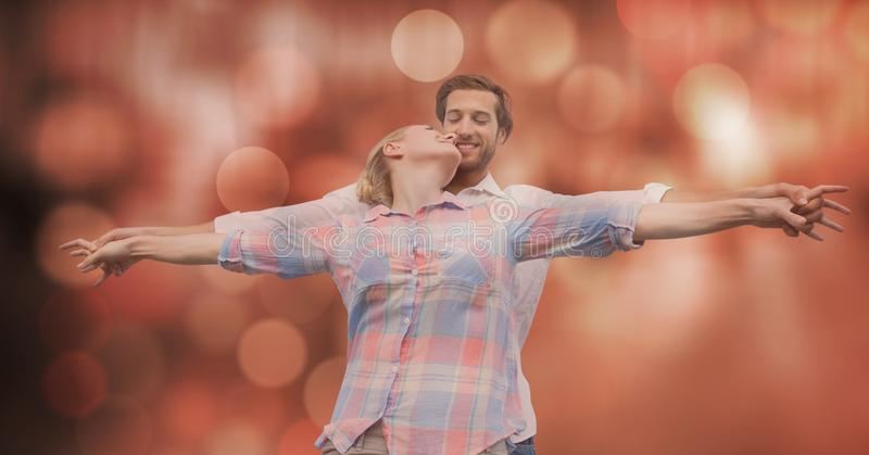 Älska par med utsträckt over suddighetsbakgrund för armar arkivfoto