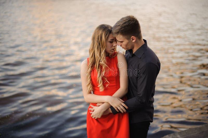 Älska par n bakgrunden av vatten royaltyfri bild
