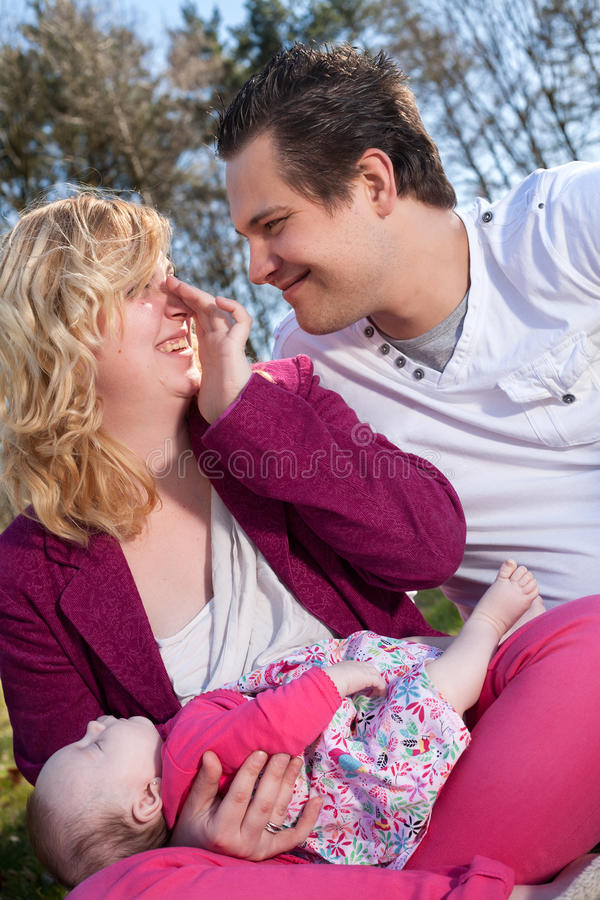 Älska par och deras sova behandla som ett barn royaltyfria foton