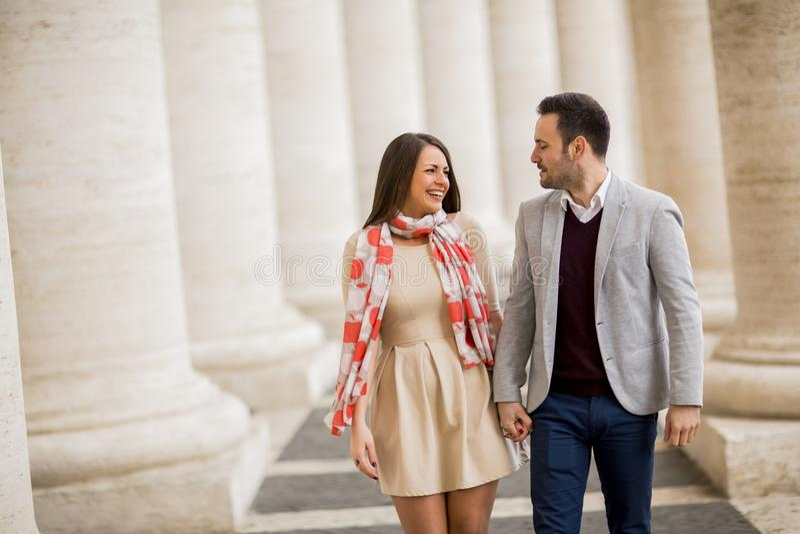 Älska par på den St Peter `en s kvadrera i Vaticanen royaltyfri bild