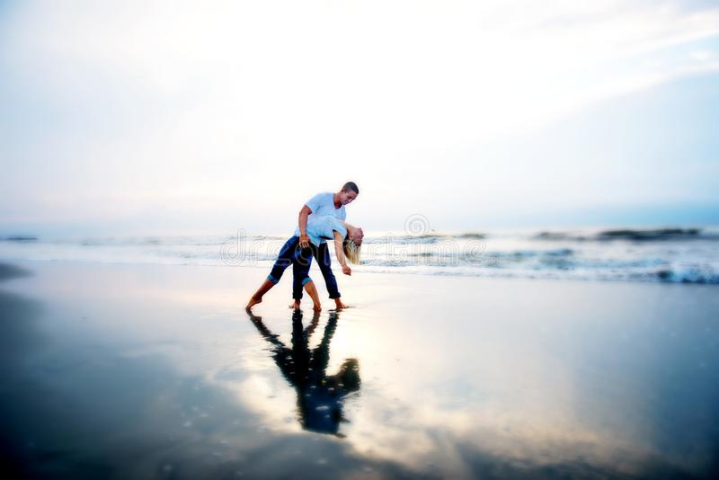 Älska par på en strand royaltyfria foton