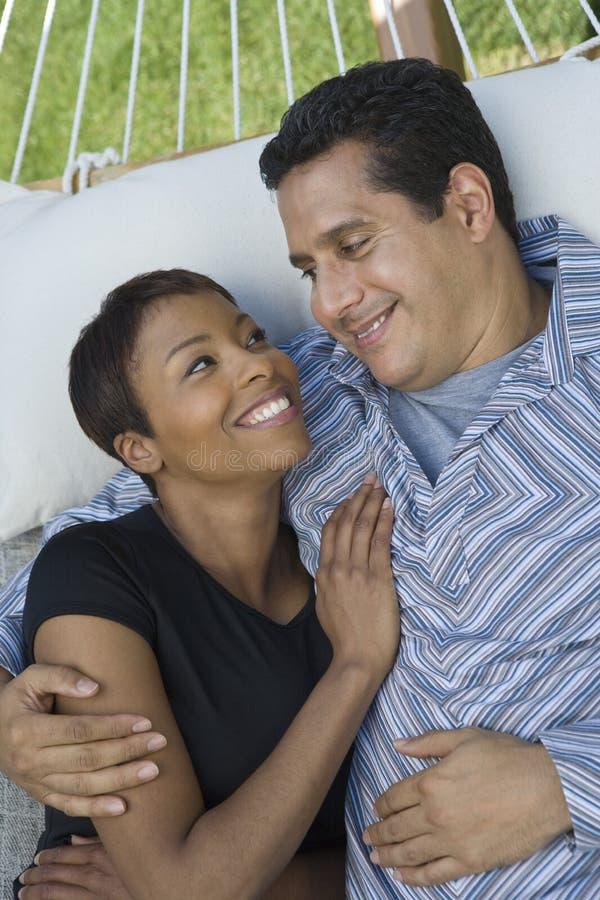 Älska par på hängmattan royaltyfria foton