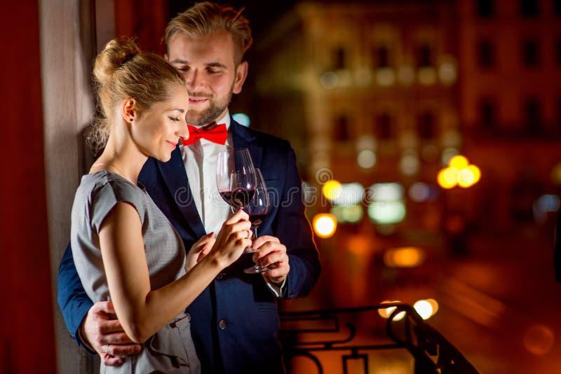 Älska par på nattstadsbakgrunden royaltyfri fotografi