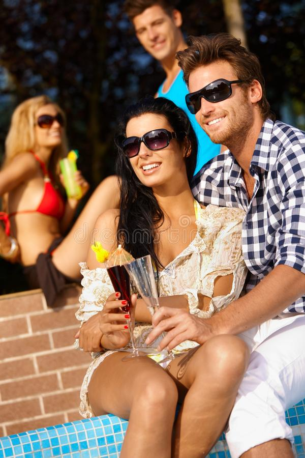 Älska par på sommarferie arkivfoton